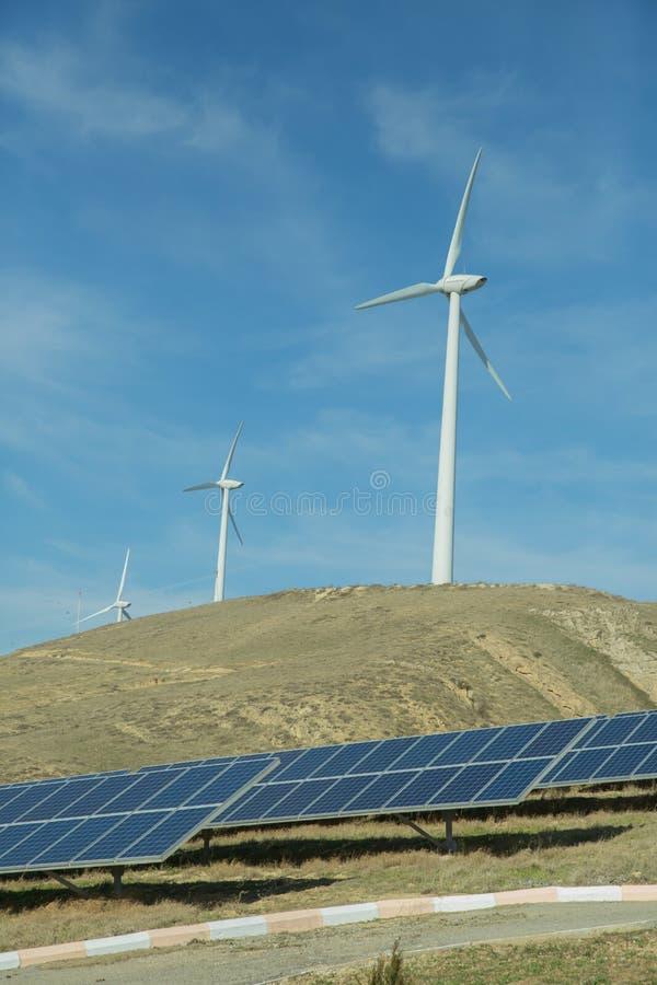 Zasilający elektryczność system Panel słoneczny, photovoltaic, alternatywny elektryczności źródło, Wiatrowy gospodarstwo rolne: P zdjęcie royalty free