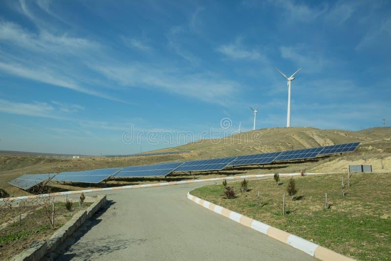Zasilający elektryczność system Panel słoneczny, photovoltaic, alternatywny elektryczności źródło, Wiatrowy gospodarstwo rolne: P zdjęcie stock