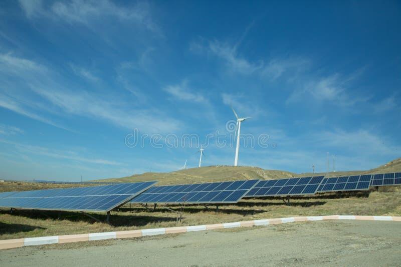 Zasilający elektryczność system Panel słoneczny, photovoltaic, alternatywny elektryczności źródło, Wiatrowy gospodarstwo rolne: P obraz royalty free