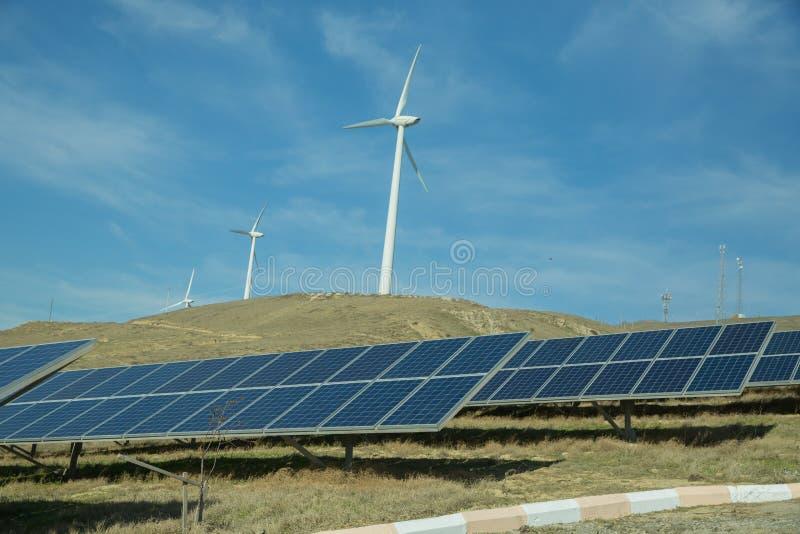 Zasilający elektryczność system Panel słoneczny, photovoltaic, alternatywny elektryczności źródło, Wiatrowy gospodarstwo rolne: P fotografia royalty free