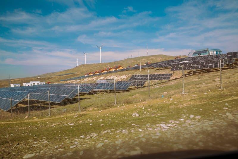 Zasilający elektryczność system Panel słoneczny, photovoltaic, alternatywny elektryczności źródło, Wiatrowy gospodarstwo rolne: P obrazy royalty free