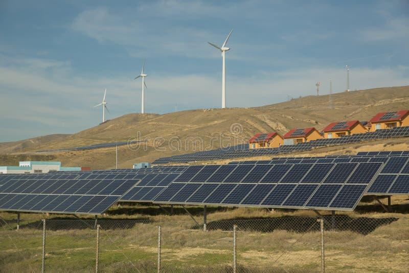 Zasilający elektryczność system Panel słoneczny, photovoltaic, alternatywny elektryczności źródło, Wiatrowy gospodarstwo rolne: P zdjęcia stock