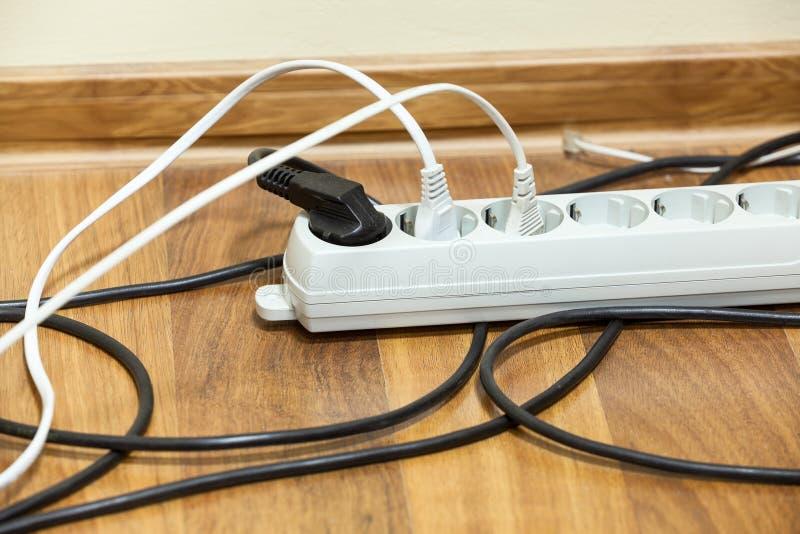 Zasilanie elektryczne zmiana na biurowej podłoga obrazy royalty free