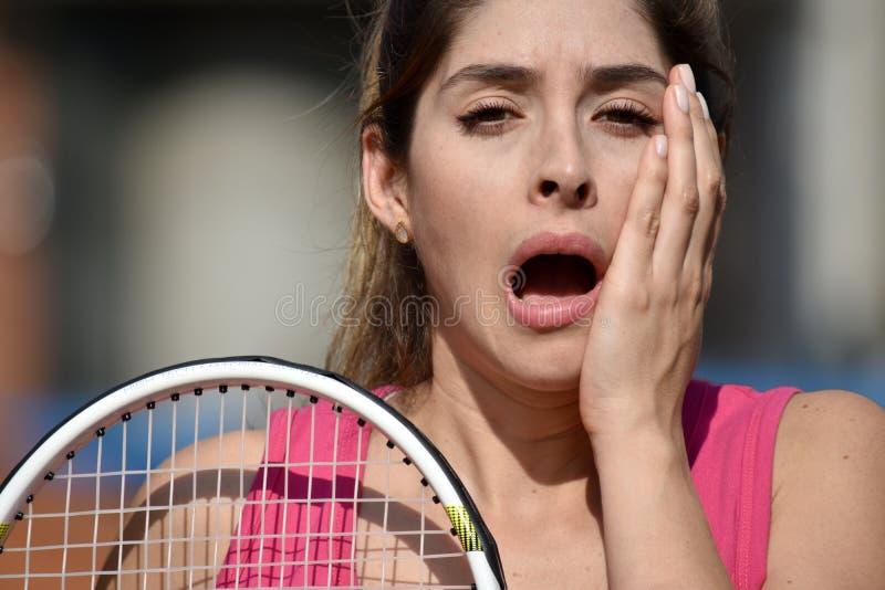 Zaskakujący atlety dziewczyny gracz w tenisa Żeński dorosły Z Tenisowym kantem zdjęcie royalty free
