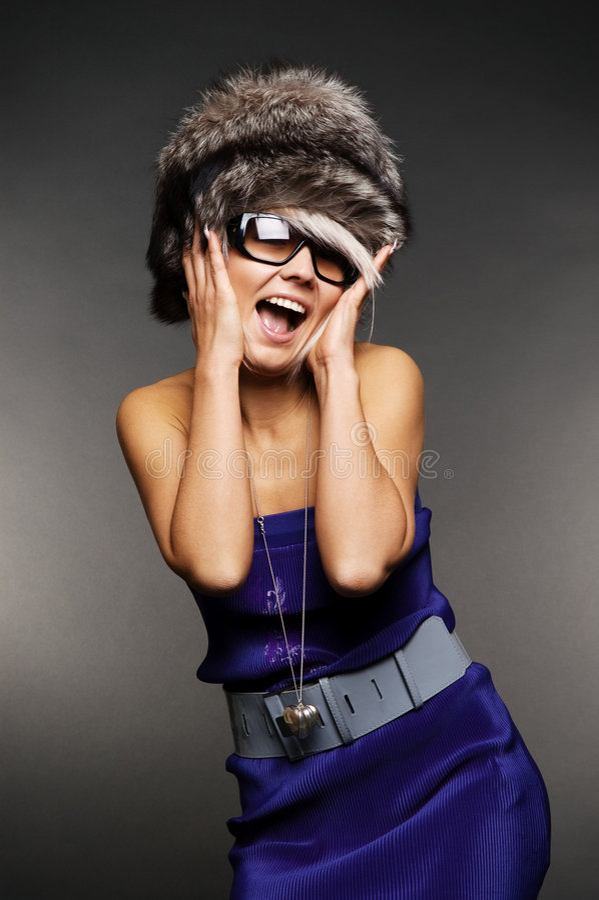 zaskakujący dziewczyna futerkowy kapelusz zdjęcie royalty free