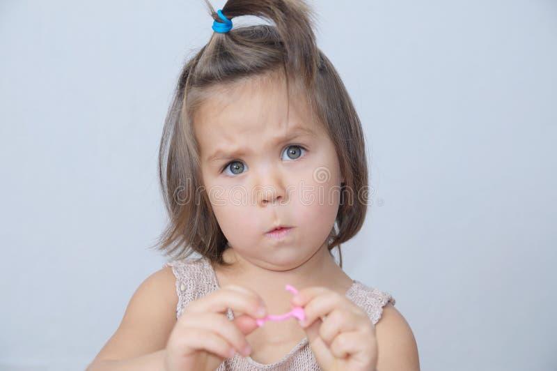 Zaskakujący i żenujący mała dziewczynka portret dziecko śmieszna twarz z ekspresyjną emocją emocjonalny berbeć przestraszący obrazy royalty free