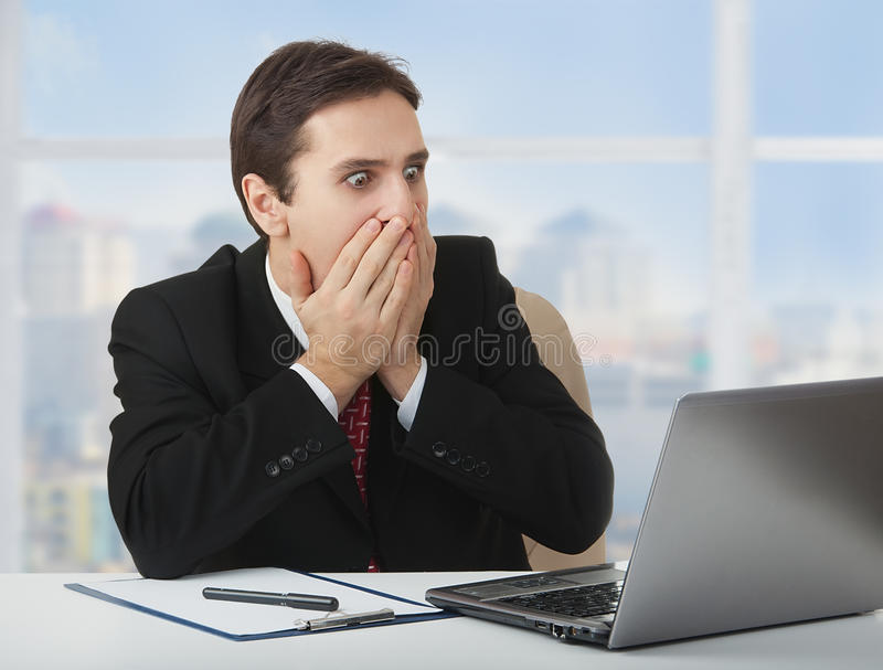 zaskakujący przelękły biznesmena laptop zdjęcie stock