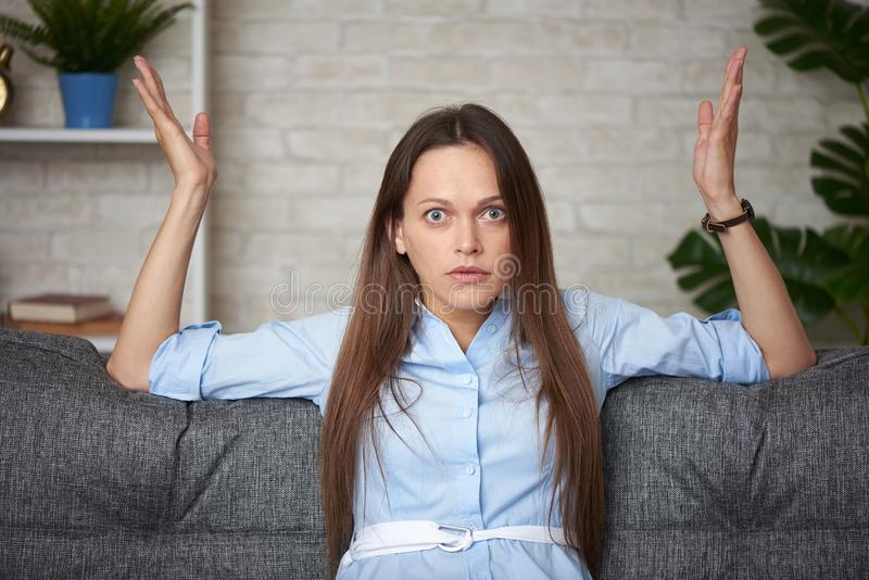 Zaskoczona kobieta w domu obrazy royalty free