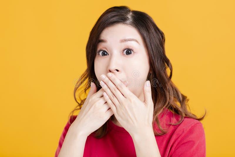 Zaskoczona młoda azjatycka kobieta zakrywa usta obraz royalty free