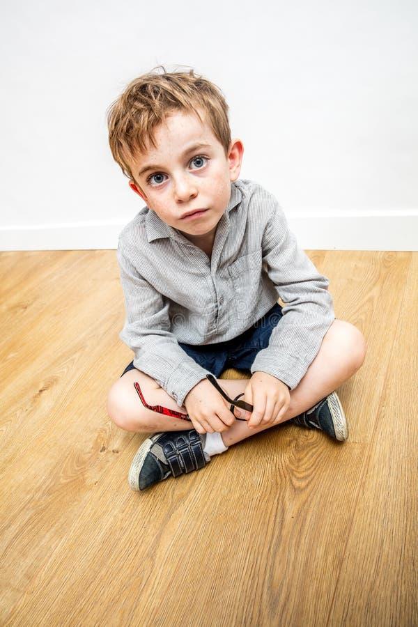 Zaskoczony piękny dziecięcy sposób myślenia wyrażający niewinność i wątpliwości co do edukacji zdjęcia royalty free