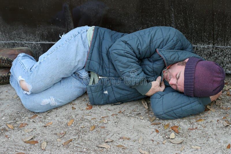 zasnął w śmieciach bezdomnego zdjęcia stock