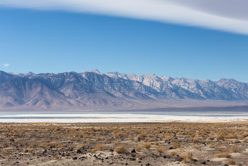 Zasolony Owens jezioro z sierra Nevada góry obrazy stock