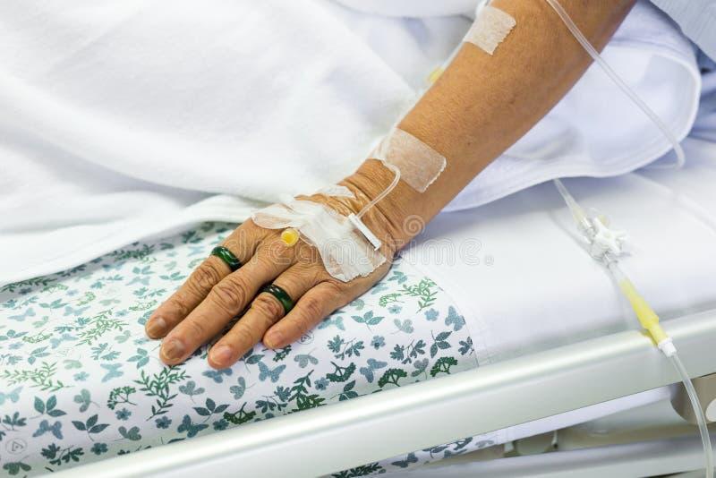Zasolony rozwiązanie cierpliwa ręka zdjęcie stock