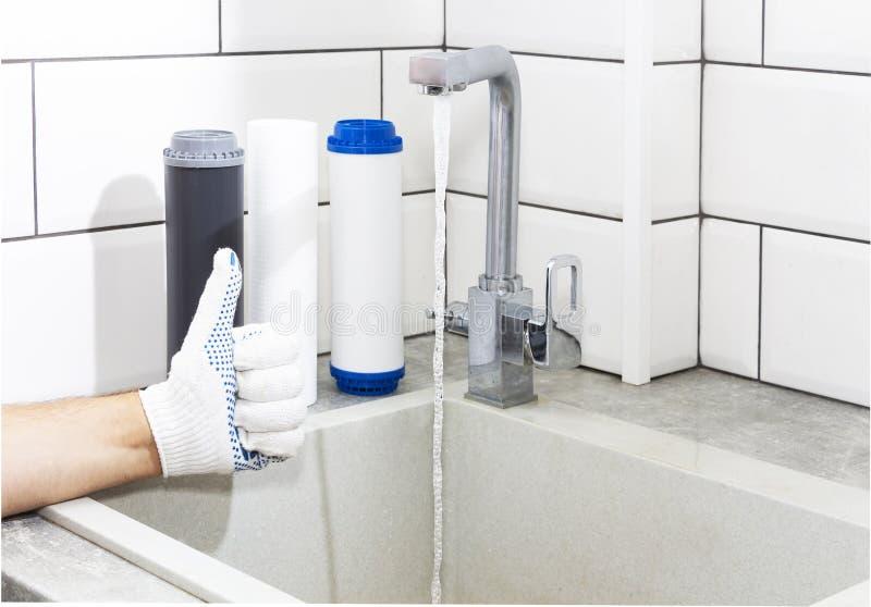 Zastępstwo filtry w oczyszczanie wody systemu W górę widoku trzy nowego filtra Czysta woda w domu kciuki w g?r? obraz royalty free