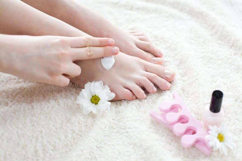 zastosowanie stopy kremowych jej kobieta zdjęcie royalty free