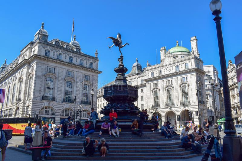 Zatłoczony Picadilly cyrk w Londyn na letnim dniu fotografia stock