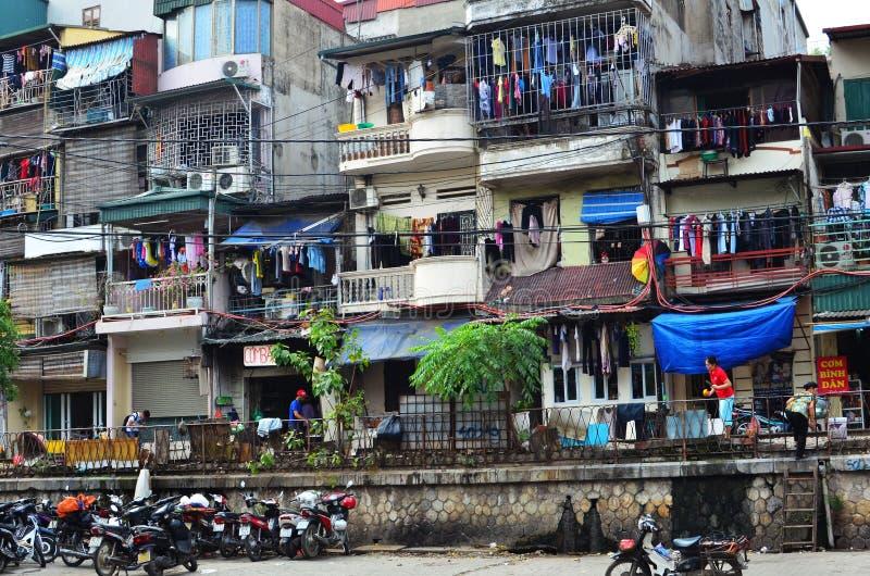 Zatłoczeni domy wzdłuż Hanoi Wietnam pociągu ulicy fotografia royalty free