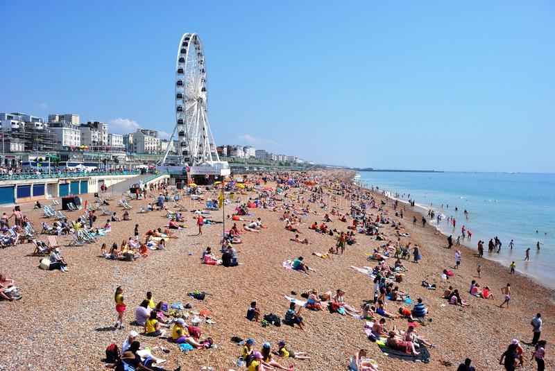 Zatłoczona Brighton plaża z Brighton kołem zdjęcia stock