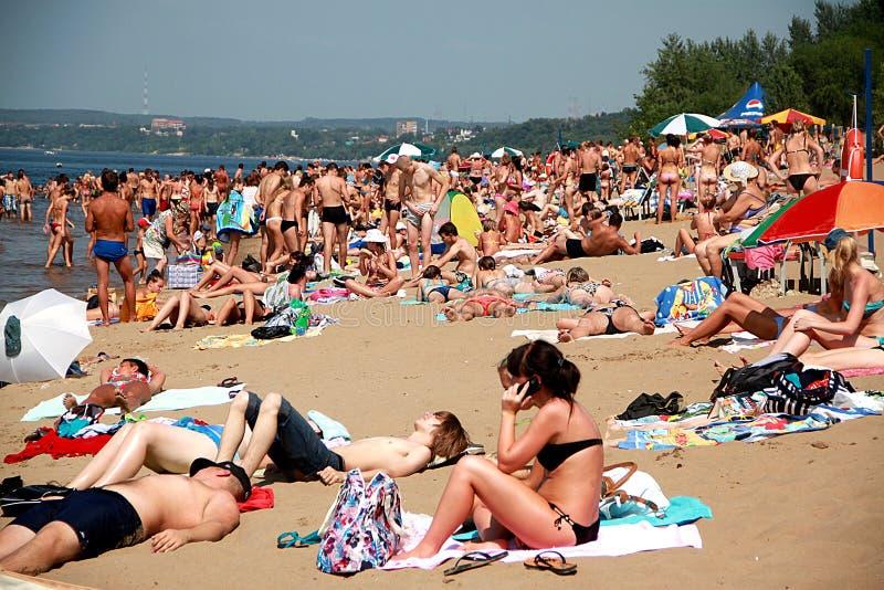 Zatłoczona lato plaża, ludzie sunbathe w słońcu zdjęcie stock