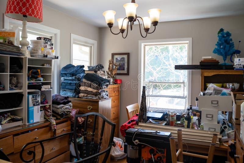 Zatłoczona mieszkaniowa kuchnia w domu wypełniał z dżonką Pojęcie dla gromadzenie domu, zdjęcia stock
