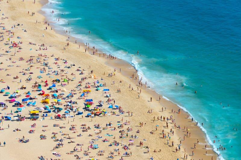 Zatłoczona ocean plaża nazare Portugal zdjęcia royalty free