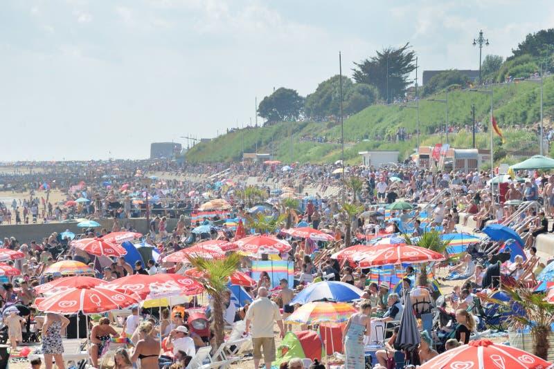 Zatłoczona plaża podczas Airshow przy Clacton na morzu obraz royalty free