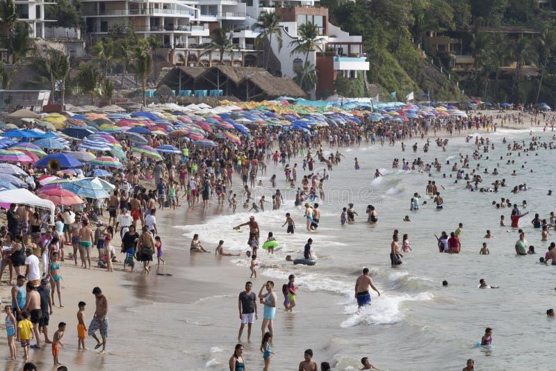 Zatłoczona plaża podczas wakacji obrazy royalty free