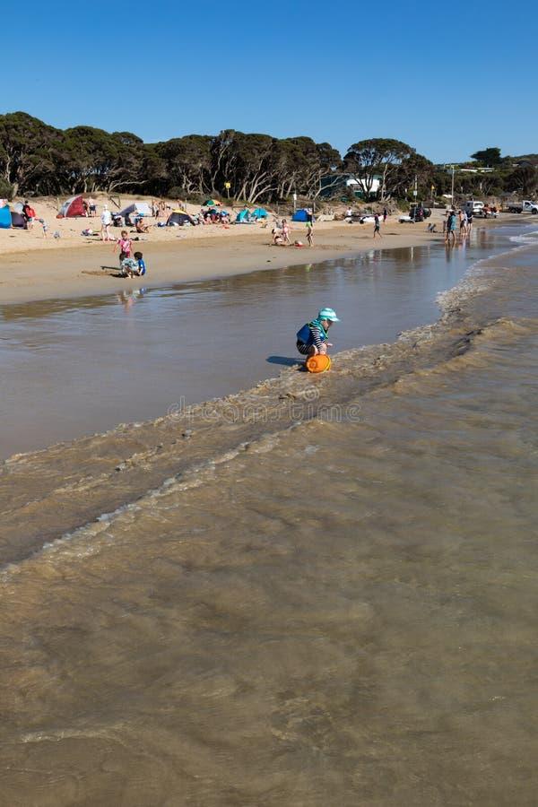Zatłoczona plaża w lecie jako ludzie cieszy się dopłynięcie i bawić się w piasku i oceanie obrazy royalty free