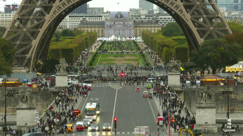 Zatłoczone ulicy blisko wieży eifla bazy i champ de mars w Paryż, Francja zdjęcia stock