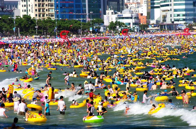 zatłoczony plaży lato obrazy stock