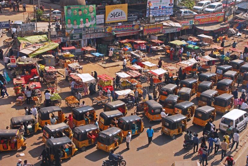 Zatłoczony ruch drogowy z transportu publicznego auto riksza i owoc stoiskowymi sprzedawcami obraz stock
