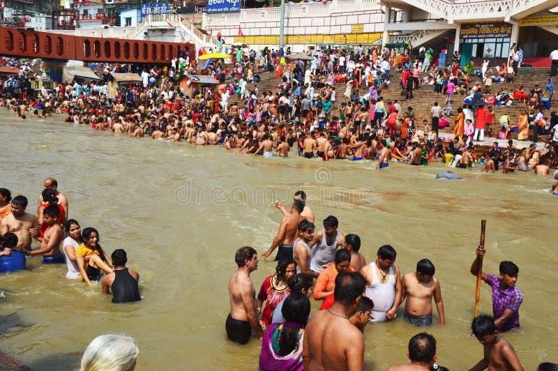 Zatłoczony teren Uttar Pradesh bank rzeczny Ganga fotografia royalty free