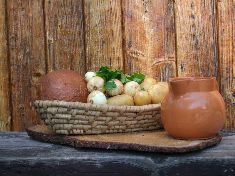 Zatapia chleb i dzbanek zdjęcie royalty free