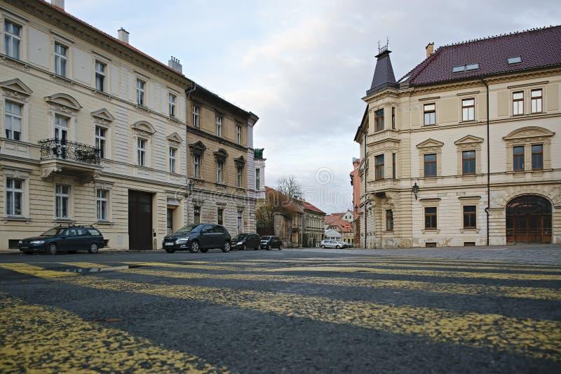 Zatec, Τσεχική Δημοκρατία - 05 Νοεμβρίου 2019: σπίτια, αυτοκίνητα και κίτρινες γραμμές στην ονομασία Chmelarske το απόγευμα της Κ στοκ φωτογραφία με δικαίωμα ελεύθερης χρήσης