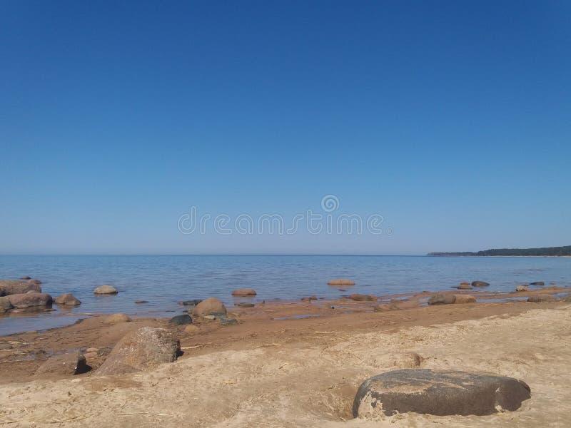 Zatoka Finlandia, zimny północny morze bałtyckie, Finlandia Piękno północny lato Morze, plaża, wielcy kamienie, horyzont Spokój, zdjęcie stock