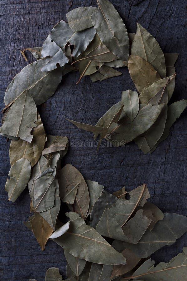 Zatoka liście na drewnianym stole fotografia stock
