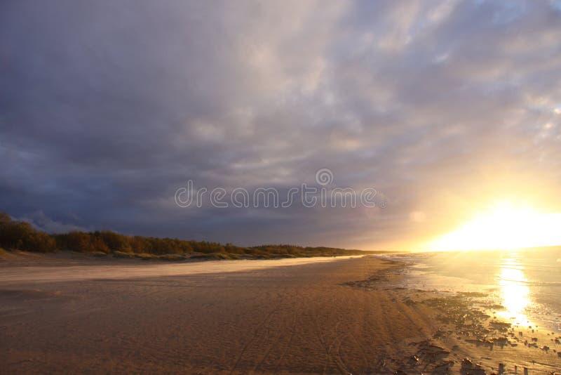 Zatoka Ryski, jesień, żadny filtrowy, jaskrawy światło, zmierzch, wieczór plażowy, ciepły, diuny fotografia stock