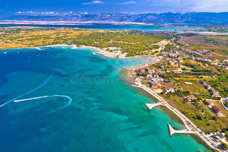 Zaton旅游江边和Velebit山bac鸟瞰图  免版税库存照片