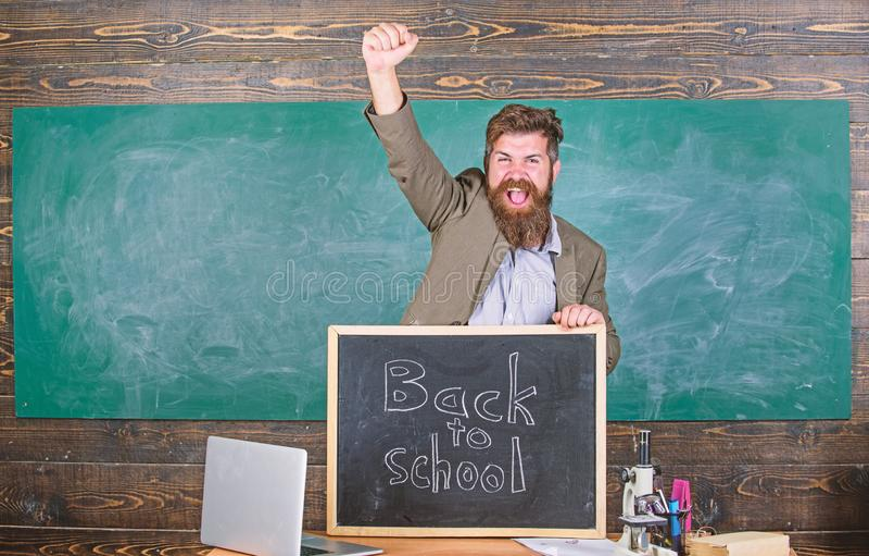 Zatrudnia? nauczycieli dla nowego roku szkolnego Popiera nauczyciele rekrutacyjni M??czyzna chwyt?w blackboard inskrypci brodaty  fotografia stock