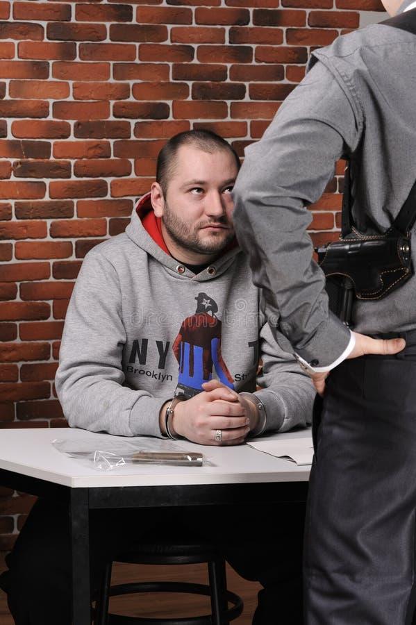 zatrzymany przesłuchuje oficer policję obraz stock