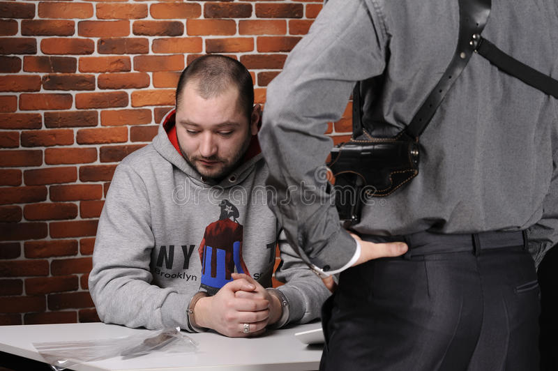 zatrzymany przesłuchuje oficer policję zdjęcia stock