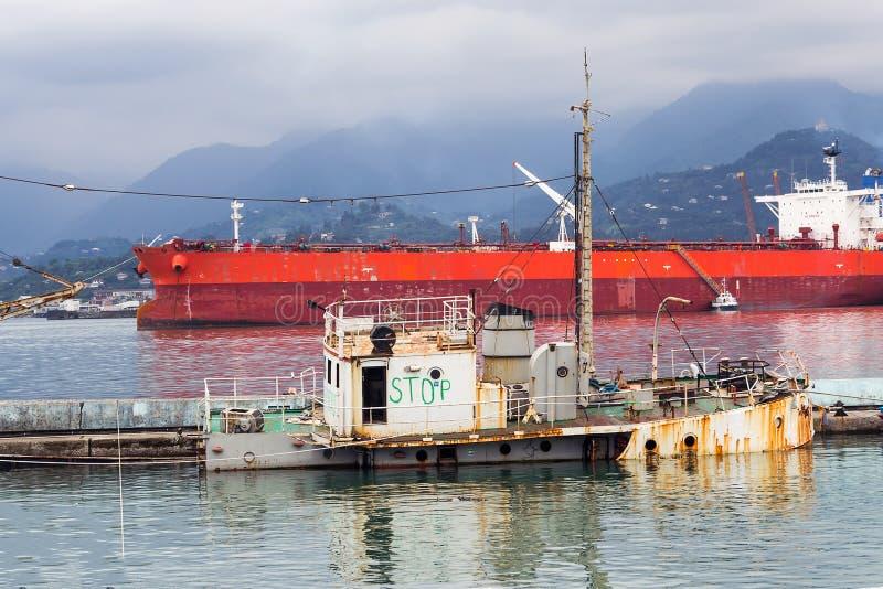 ZATRZYMUJE inskrypcję na pokładzie zapadniętego holownika przy portem Batumi fotografia stock