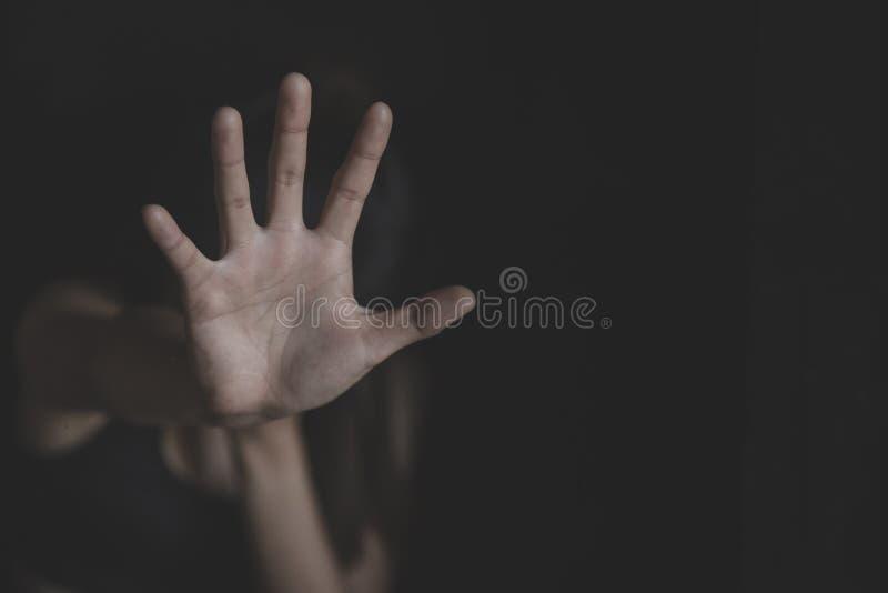 Zatrzymuje molestowanie seksualne i przemoc przeciw kobiet, gwa?ta i wykorzystywani seksualne poj?ciu, przerwa gest z r?k?, przer obrazy royalty free