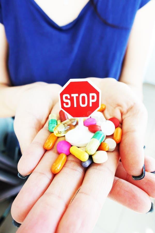 Zatrzymuje używać leków, antidepressants pojęcie z w kobiety ręce lub zdjęcia stock