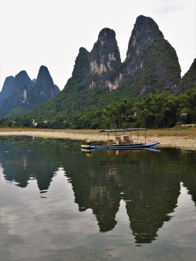 Zattera di bambù alla base delle montagne a Guilin Cina immagini stock