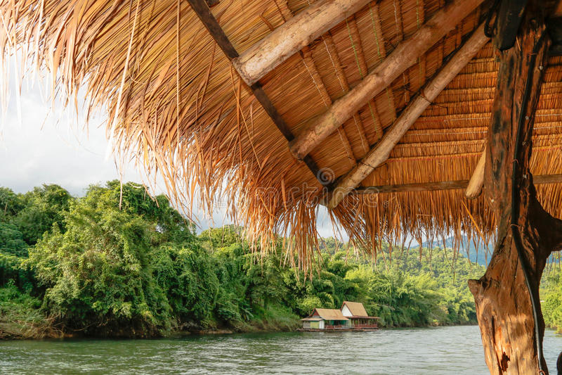 Zattera di Kwai Kanchanaburi del fiume di viaggio della Tailandia & località di soggiorno di galleggiamento immagini stock