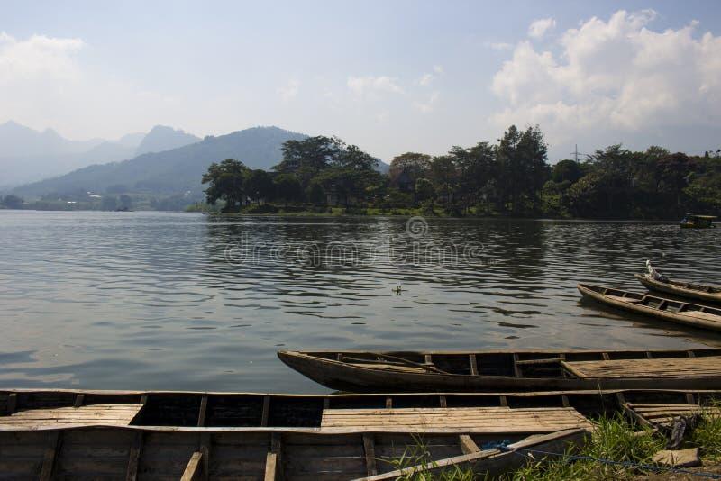 Zattera sul bacino idrico di Selorejo, East Java fotografie stock
