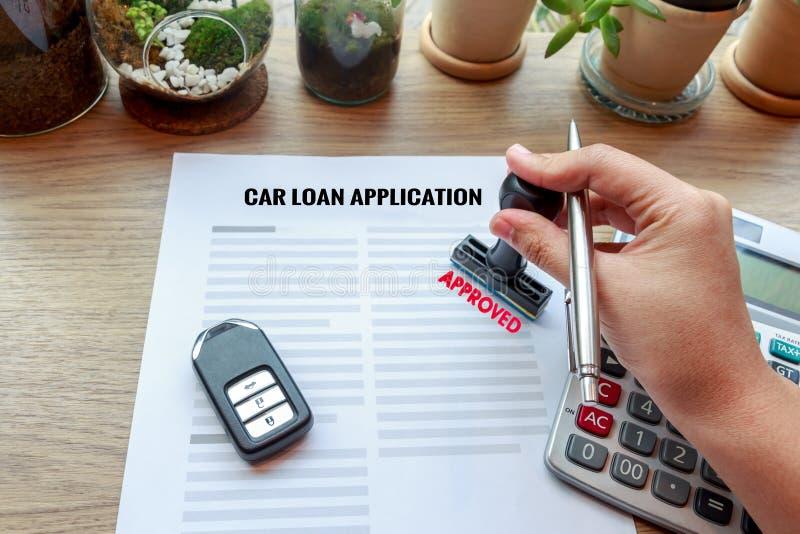 Zatwierdzony samochodowy pożyczkowy zastosowanie z kluczem, pieczątką i cal samochodu, fotografia stock