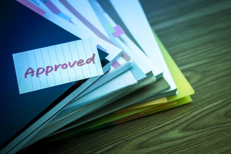 Zatwierdzony; Stos Biznesowi dokumenty na biurku obrazy royalty free