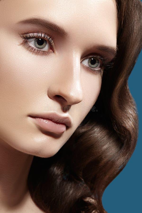 Zauber-Frauen-Modell mit neuem täglichem Make-up Gewellte Frisur Glänzendes Haar, glatte saubere Haut, natürliche Make-upaugenbra stockbilder